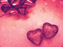 Coeurs de concept de vacances d'amour de jour du ` s de Valentine sur le backgro rouge brillant Image libre de droits