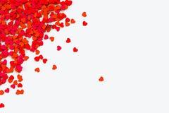 coeurs de confettis rouges Frontière acculée par dispersion sur le fond blanc illustration du rendu 3d illustration libre de droits