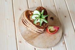 Coeurs de crêpe sur un fond en bois Photo stock