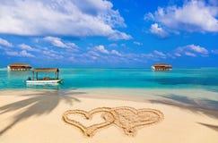 coeurs de dessin connectés par plage Photos stock
