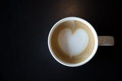 Coeurs de dessin sur l'art de café photo stock