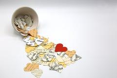 Coeurs de différentes couleurs et textures de papier Notes musicales, mots sur les coeurs de papier beiges blancs et crémeux Un c photos libres de droits
