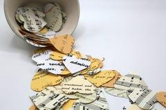 Coeurs de différentes couleurs et textures de papier Notes musicales, mots sur les coeurs de papier beiges blancs et crémeux Un c photo libre de droits