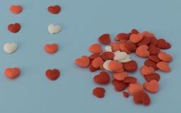 Coeurs de diverses couleurs empilés sur le fond blanc Photos stock