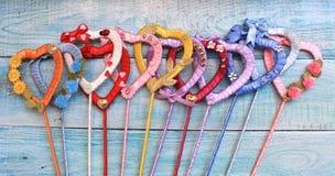 Coeurs de fait main multicolore de rubans de satin Photo libre de droits