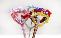 Coeurs de fait main multicolore de rubans de satin Photographie stock libre de droits