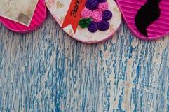 Coeurs de fait main sur un fond en bois bleu de vintage avec l'espace pour le texte Image stock