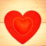 Coeurs de feutre de rouge sur un fond en bois Photo libre de droits