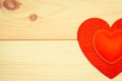 Coeurs de feutre de rouge sur un fond en bois Image libre de droits