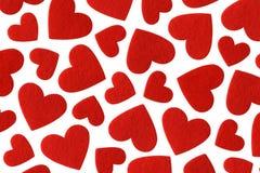 Coeurs de feutre de rouge d'isolement sur le fond blanc Photos stock