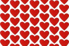 Coeurs de feutre de rouge sur le fond blanc Tapotement de jour de valentines Photographie stock