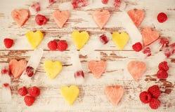 Coeurs de fruit Coeurs des pastèques et des pêches Glace avec des framboises Concept d'amour d'été Photo libre de droits