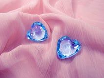 Coeurs de gemme de saphir sur le concept matériel en soie d'amour Images stock
