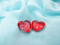 Coeurs de gemme de saphir sur le concept matériel en soie d'amour Photo stock