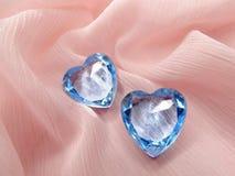Coeurs de gemme de saphir sur le concept matériel en soie d'amour Images libres de droits