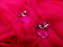 Coeurs de gemme de saphir sur le concept matériel en soie d'amour Image stock