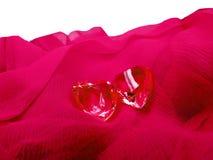 Coeurs de gemme de saphir sur le concept matériel en soie d'amour Image libre de droits