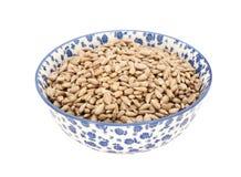 Coeurs de graine de tournesol dans une cuvette bleue et blanche de porcelaine photo libre de droits