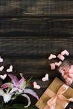 Coeurs de guimauve, lettre d'amour et fleurs sur un vieux fond en bois Photos libres de droits