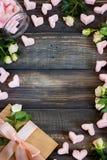 Coeurs de guimauve, lettre d'amour et fleurs sur un vieux fond en bois Image stock