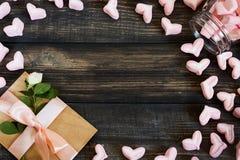 Coeurs de guimauve, lettre d'amour et fleurs sur un vieux fond en bois Photo libre de droits