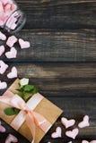 Coeurs de guimauve, lettre d'amour et fleurs sur un vieux fond en bois Images stock