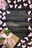 Coeurs de guimauve, lettre d'amour et fleurs sur un vieux fond en bois Image libre de droits