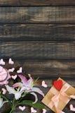 Coeurs de guimauve, lettre d'amour et fleurs sur un vieux fond en bois Photographie stock libre de droits