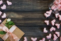 Coeurs de guimauve, lettre d'amour et fleurs sur un vieux fond en bois Photos stock