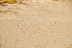 Coeurs de intersection dans le sable Images libres de droits