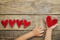 Coeurs de jouet de prise des mains des enfants pour la Saint-Valentin Photo stock