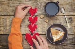 Coeurs de jouet de prise des mains des hommes pour la Saint-Valentin Photos libres de droits