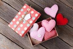 Coeurs de jour de valentines dans le boîte-cadeau Photo libre de droits