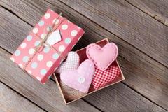 Coeurs de jour de valentines dans le boîte-cadeau Images libres de droits