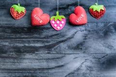 Coeurs de jour de valentines sur le fond en bois de vintage photo libre de droits