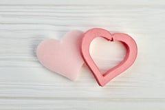 Coeurs de jour de valentines sur le bois léger Photos stock