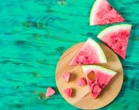 Coeurs de la pastèque de pulpe et de pastèque coupée en tranches sur le fond en bois Photographie stock libre de droits