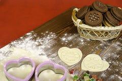 Coeurs de pâte, de fruits secs et d'amour d'impression Photographie stock