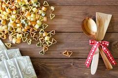 Coeurs de pâtes sur le fond en bois Fond du jour de Valentine Photos libres de droits