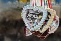 Coeurs de pain d'épice au marché de Noël Image libre de droits