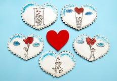 Coeurs de pain d'épice avec des scènes d'amour Photos stock