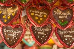 Coeurs de pain d'épice avec le marché de Noël en allemand là-dessus à un St Photo libre de droits
