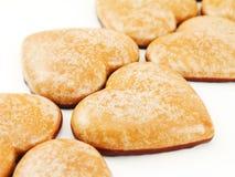 Coeurs de pain d'épice sur le blanc Photos stock