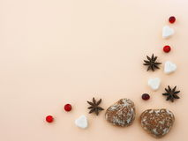 Coeurs de pain de gingembre sur le fond rose avec des étoiles d'anis et des canneberges fraîches image stock