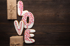 Coeurs de pains d'épice et petites boîtes pour le jour de valentines Images stock