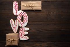 Coeurs de pains d'épice et petites boîtes pour le jour de valentines Photographie stock