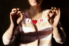 Coeurs de papier avec des lettres dans les mains du ` s de fille Une déclaration de l'amour Image libre de droits