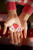 Coeurs de papier avec des lettres dans les mains du ` s de fille Une déclaration de l'amour Photos stock