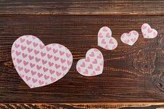 Coeurs de papier avec un modèle des coeurs Photo stock