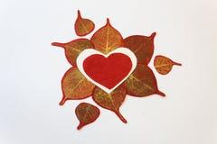 Coeurs de papier blancs et rouges entourés par l'or et les feuilles de papier rouges Photographie stock libre de droits